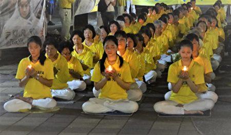 屏东法轮功学员手举烛光,默默悼念在中国大陆被迫害致死的同修。