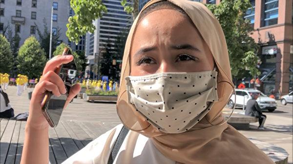 維族女孩Shalina說,中共對法輪功的迫害是件令人非常難受的事情。(唐風/大紀元)