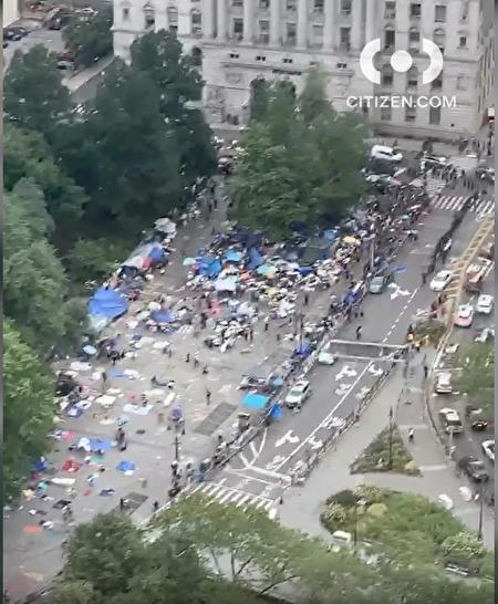 """抗议者在一周前就开始在纽约市政厅旁边一小片广场上露宿,要求2021财年预算必须削减纽约市警的预算至少10亿元,号称""""占领市政厅""""运动。"""