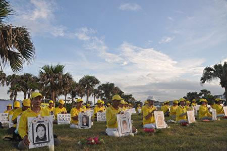 18日傍晚花莲法轮功学员,齐聚于知名景点七星潭,在海滩一起点燃烛光,悼念在中国秘密集中营遭杀害的法轮功学员。