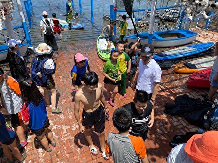 刘建国和弱势孩子一起参与户外活动。
