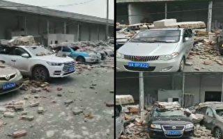7月19日中午12時左右,杭州市紹興路一倉庫牆體突然倒塌,導致20多輛車被砸中。(視頻截圖合成)