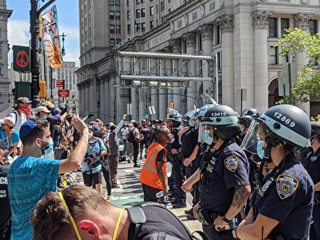 """支持BLM的非裔市民离开他们所谓的""""无警自治区"""",近距离言语挑衅纽约市警察。"""