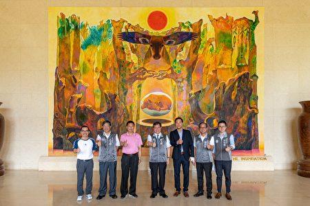 桃园市长郑文灿与来宾们在菁华工业大厅合影。