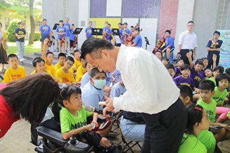 县长关心孩子的发票内容是买了啥! 竹村国小各班班服不同显得五彩缤纷。