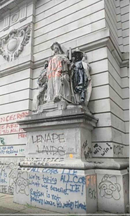 示威者昨天在Chambers街31号的遗嘱检验法院(Surrogate Court)外墙和雕塑上乱涂乱画。