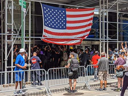 """在百老汇250号的市议会办公楼一楼门口前,""""黑人命也是命""""(BLM)支持者与警方发生冲突。"""
