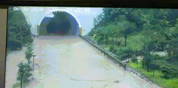 鹽津轄區柿鳳路k11+500M(廟壩蓮花洞路段)隧道積水嚴重,交通中斷。(網頁截圖)