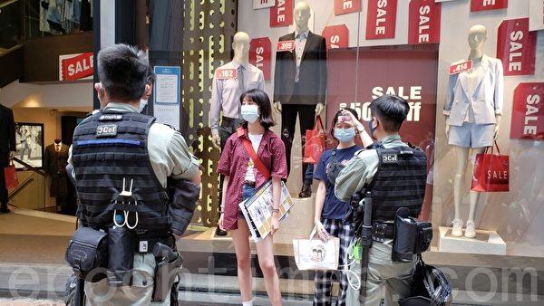 7月1日,警方在街頭截查年輕人。(郭威利/大紀元)