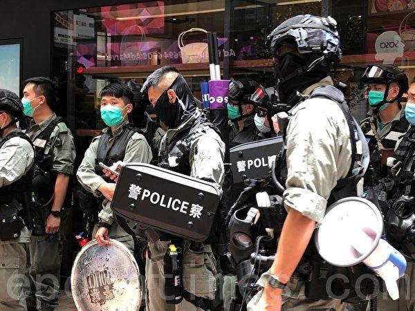 7月1日,在銅鑼灣東角道,防暴警察背著新「紫旗」,用作警告市民違反「國安法」。(張曉慧/大紀元)