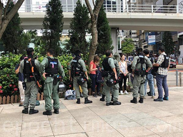 7月1日,在維園多個出入口,都有警員截查市民。(梁珍/大紀元)