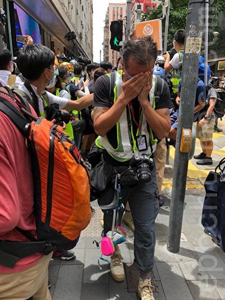7月1日,有記者被胡椒噴劑噴中。(張曉慧/大紀元)