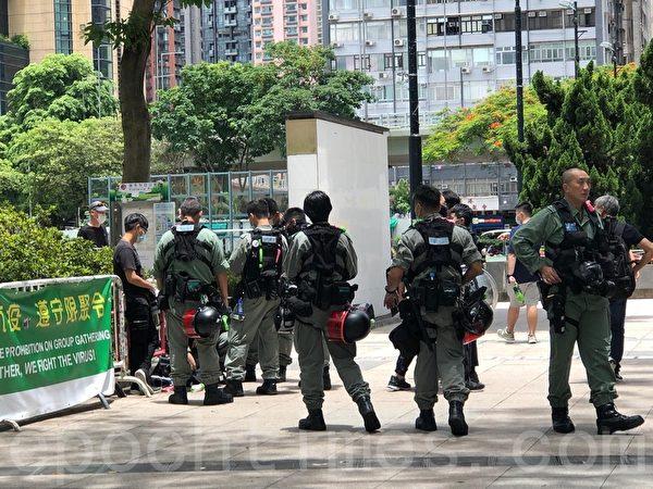 7月1日,維園多個出入口,警員截查市民。(梁珍/大紀元)