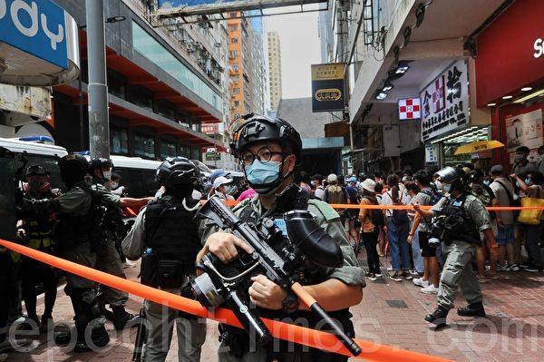 2020年7月1日,香港民陣號召群眾七一大遊行,警方在波斯富街手持胡椒球彈槍戒備。(宋碧龍/大紀元)