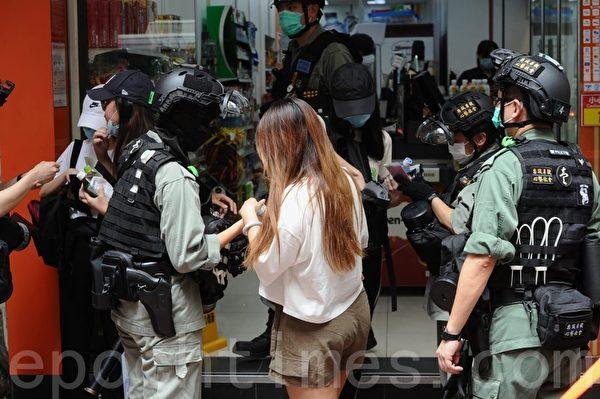 2020年7月1日,香港民陣號召群眾七一大遊行,波斯富街有大量市民被截查。(宋碧龍/大紀元)