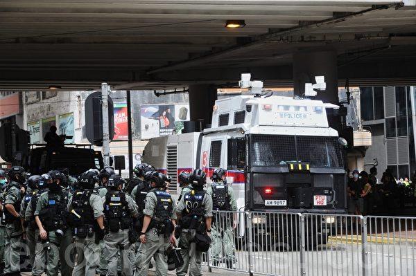 2020年7月1日,香港民陣號召群眾七一大遊行,警方裝甲車及水炮車駛至鵝頸橋,水炮車隨即在鵝頸橋附近發射水炮。(宋碧龍/大紀元)