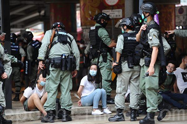 警方在鵝頸橋拘捕大量市民,被捕人士被綁上索帶,坐在地上。(宋碧龍/大紀元)
