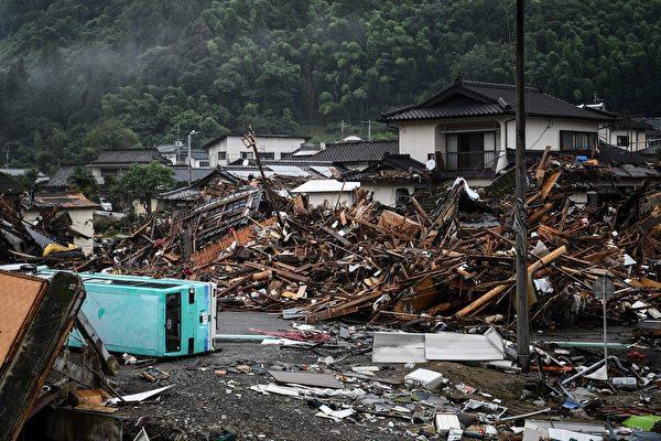 2020年7月10日,強暴雨之後,一堆堆的垃圾在熊本縣的球磨村(Kuma)隨處可見。(CHARLY TRIBALLEAU/AFP via Getty Images)