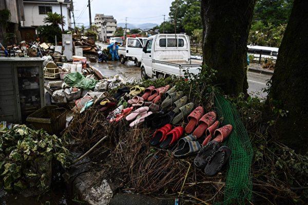 2020年7月10日,熊本縣人吉市在進行暴雨後的清理工作,晾鞋類物品。(CHARLY TRIBALLEAU/AFP via Getty Images)