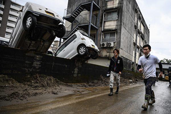 2020年7月10日,熊本縣人吉市被強暴雨襲擊後的一片狼藉。(CHARLY TRIBALLEAU/AFP via Getty Images)