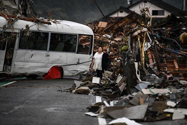 2020年7月10日,在熊本縣人吉市,一輛被強暴雨損壞的巴士橫在公路上。(CHARLY TRIBALLEAU/AFP via Getty Images)