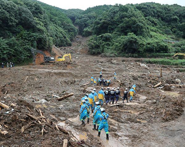 2020年7月10日,這場強暴雨使熊本縣津奈木町的山泥傾瀉,救援人員在現場尋找失蹤人員。(CHARLY TRIBALLEAU/AFP via Getty Images)