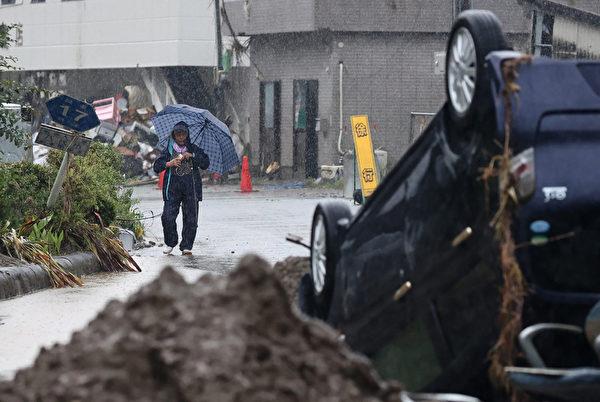 2020年7月10日,強暴雨帶來的洪水退了之後,熊本縣八代市一片狼藉。( STR/JIJI PRESS/AFP via Getty Images)