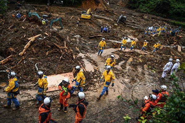 2020年7月11日,救援人員在熊本縣福島市尋找失蹤人員。(CHARLY TRIBALLEAU/AFP via Getty Images)