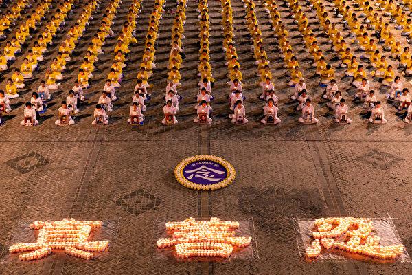 上千名台灣台北部份法輪功學員於7月18日晚間,在台北市民廣場舉行反迫害21周年燭光悼念會。(陳柏州/大紀元)