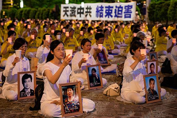 上千名台灣北部部份法輪功學員於7月18日晚間,在台北市政府市民廣場舉行反迫害21周年燭光悼念會。(陳柏州/大紀元)