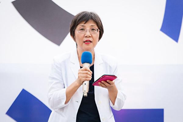 上千名台灣北部部份法輪功學員於7月18日晚間,在台北市民廣場舉行反迫害21周年燭光悼念會,圖為台灣法輪大法學會理事長張錦華出席發言。(陳柏州/大紀元)