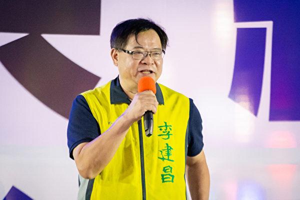 上千名台灣北部部份法輪功學員於7月18日晚間,在台北市民廣場舉行反迫害21周年燭光悼念會,圖為台北市議員李建昌出席發言。(陳柏州/大紀元)
