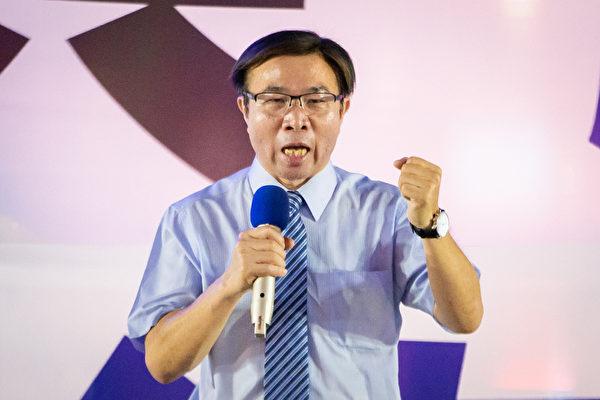 上千名台灣北部部份法輪功學員於7月18日晚間,在台北市民廣場舉行反迫害21周年燭光悼念會,圖為台北市議員張茂楠出席發言。(陳柏州/大紀元)