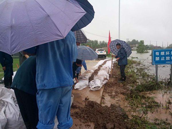 胥壩鄉村民在做防洪準備。(村民提供)