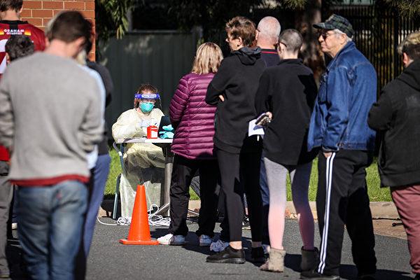 人们排队等待中共病毒检测
