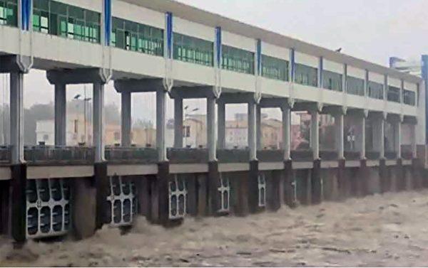 安徽阜陽王家壩13孔閘門全部放開,向蒙窪洩洪區分洪。(影片截圖)