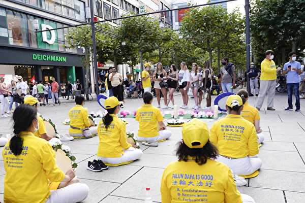 2020年7月25日,部份法輪功學員在德國法蘭克福購物中心舉辦活動,紀念法輪功學員反迫害21年。(曹工/大紀元)