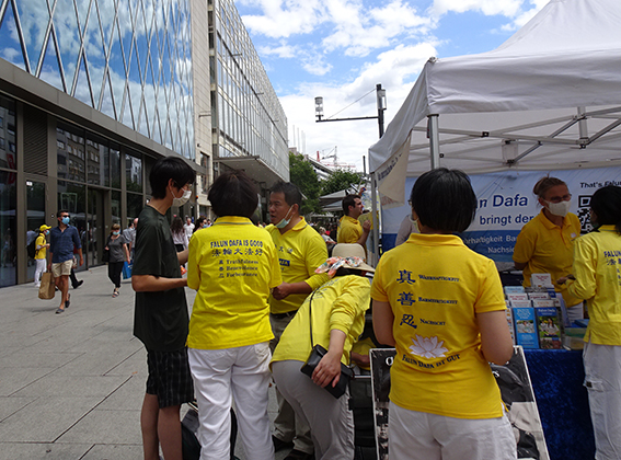 化名天祥的留學生(左)當場表示退出中共團、隊組織。(余平/大紀元)