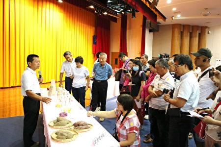 動科系副教授吳建平向媒體與業者介紹益生菌甘藷青貯料。