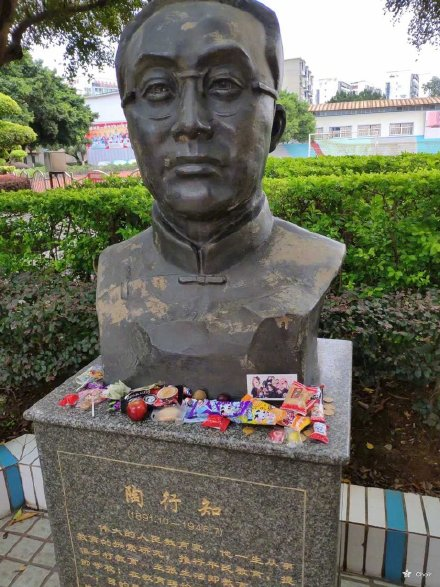 中國著名教育家陶行知雕像前的供品。(微博圖片)