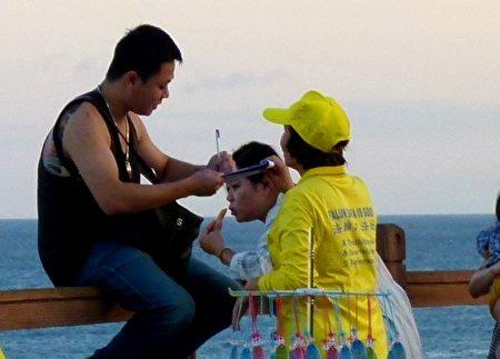 台東法輪功學員向民眾傳遞真相,民眾簽名聲援法輪功反迫害。