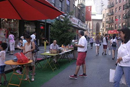 商業步行區通常需要政府主導或參與,目的是吸引人氣,促進區域經濟的增長。圖為2017年8月華埠「勿街夜市」共享街道活動。