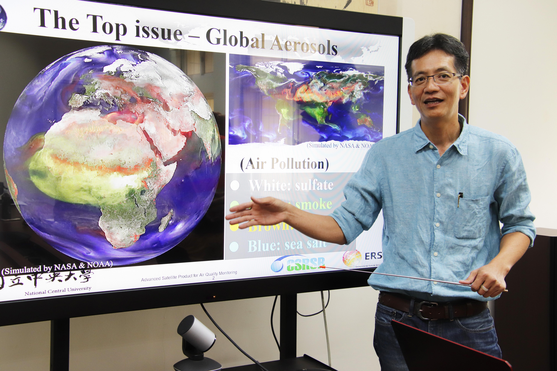 中央大學太遙中心林唐煌教授團隊透過前瞻的衛星遙測PM2.5技術,可以提供每10分鐘一次的空氣品質數位監測,目前技術領先全球。(中央大學提供)