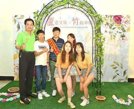 芦竹区长蔡志扬与得奖模范父亲合影。