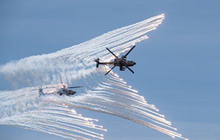 陸軍AH-64E攻擊直升機發射熱焰彈。