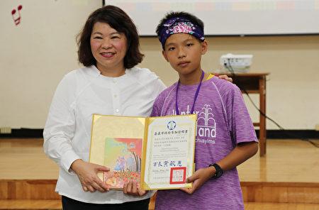 市长黄敏惠颁发参加证明书。