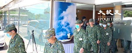 殉職2飛官移靈至桃園 袍澤相送,深情哀傷。