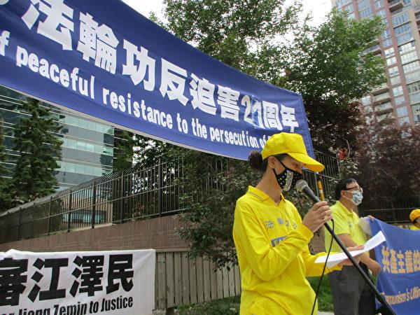 去年10月被營救至加的陳英華譴責中共對法輪功學員的迫害。(林採楓/大紀元)