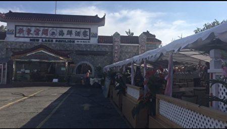 法拉盛緬街夾60大街的「新東雲閣海鮮酒樓」利用寬闊的停車場,搭設帳篷,提供戶外用餐。