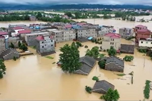 江西上饒鄱陽縣遭受特大洪災。(影片截圖)